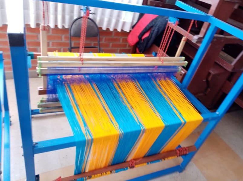 Entrega de maquina de tejer y de hilar en el Colegio Sobose en la ciudad de Viacha