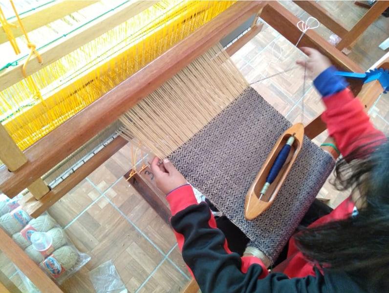 Una participante aprendiendo tejido en el Centro de United Change. Localidad de Quime.